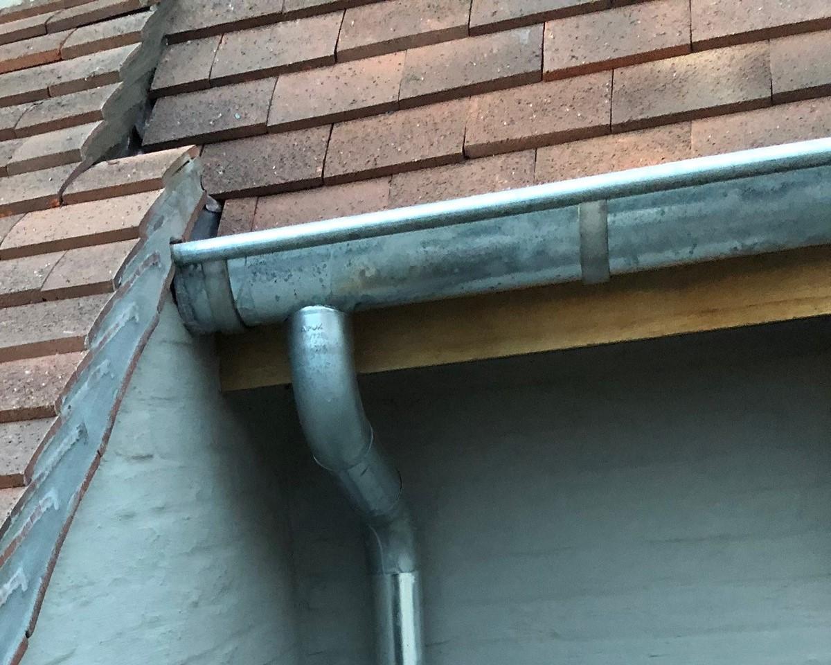 Nieuwe dakgoten plaatsen