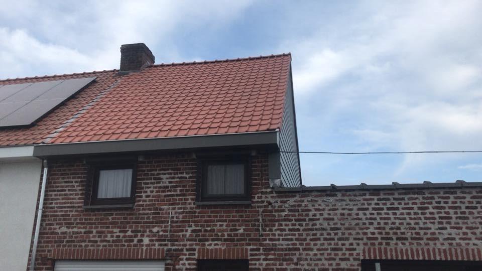 Dakwerken: Rode dakpannen en gevelbekleding in hout