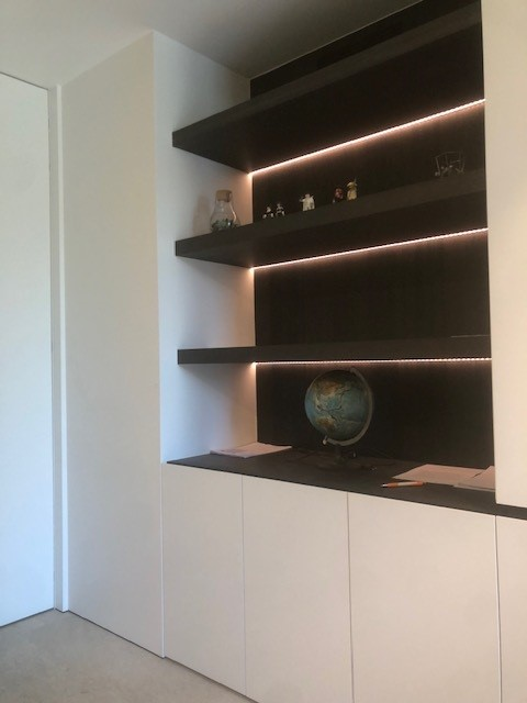 Hedendaagse woning afgewerkt met semi - inbouw LED lijnen.